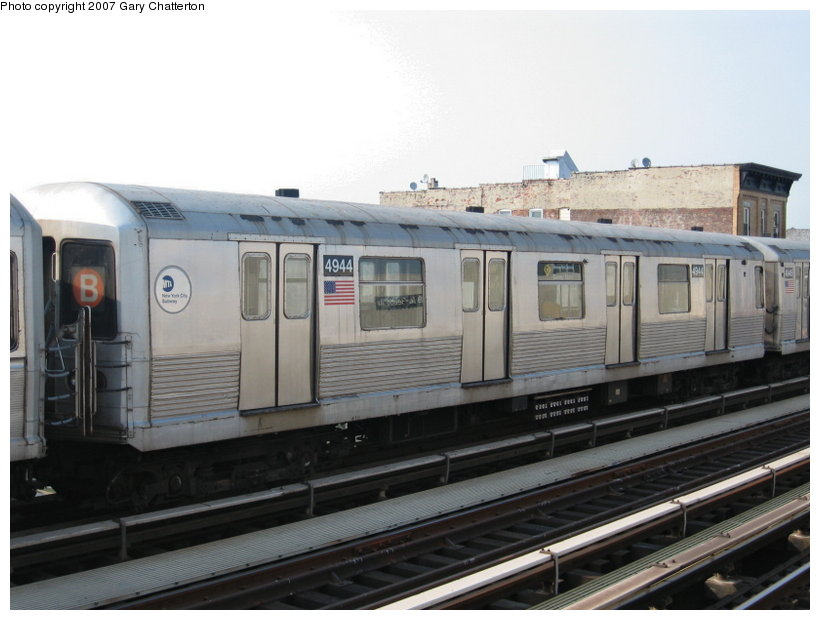 (90k, 820x620)<br><b>Country:</b> United States<br><b>City:</b> New York<br><b>System:</b> New York City Transit<br><b>Line:</b> BMT Astoria Line<br><b>Location:</b> 39th/Beebe Aves. <br><b>Route:</b> N<br><b>Car:</b> R-42 (St. Louis, 1969-1970)  4944 <br><b>Photo by:</b> Gary Chatterton<br><b>Date:</b> 5/27/2007<br><b>Notes:</b> Note B end sign and diamond Q rollsign.<br><b>Viewed (this week/total):</b> 0 / 2583