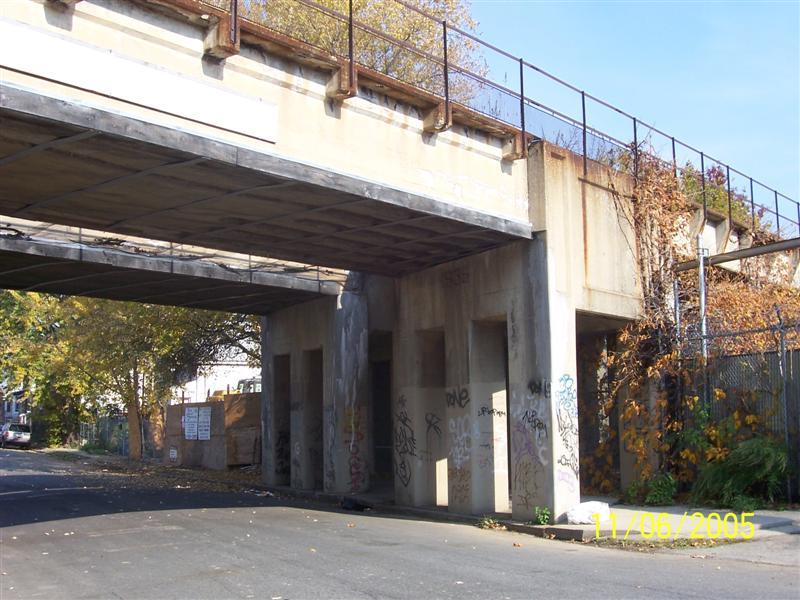 (91k, 800x600)<br><b>Country:</b> United States<br><b>City:</b> New York<br><b>System:</b> New York City Transit<br><b>Line:</b> SIRT North Shore Line<br><b>Location:</b> SIRT North Shore at Maple Ave<br><b>Photo by:</b> Brian DeForest<br><b>Date:</b> 11/6/2005<br><b>Viewed (this week/total):</b> 0 / 1869