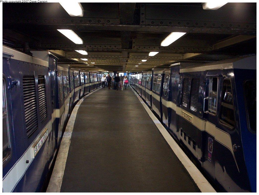 (179k, 1044x788)<br><b>Country:</b> United Kingdom<br><b>City:</b> Southend-on-Sea, Essex<br><b>System:</b> Southend Pier Railway<br><b>Photo by:</b> Dave Carson<br><b>Date:</b> 10/7/2006<br><b>Notes:</b> Train in north station.<br><b>Viewed (this week/total):</b> 0 / 1195