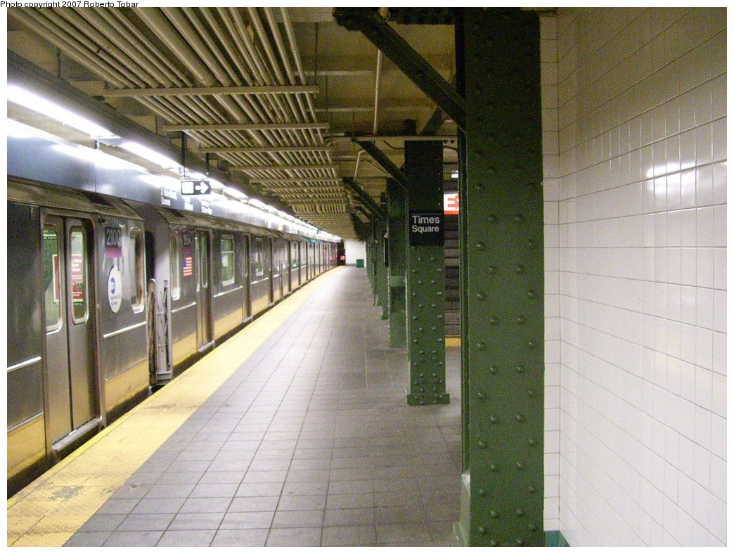 (196k, 1044x788)<br><b>Country:</b> United States<br><b>City:</b> New York<br><b>System:</b> New York City Transit<br><b>Line:</b> IRT Flushing Line<br><b>Location:</b> Times Square <br><b>Photo by:</b> Roberto C. Tobar<br><b>Date:</b> 6/15/2007<br><b>Viewed (this week/total):</b> 0 / 1847