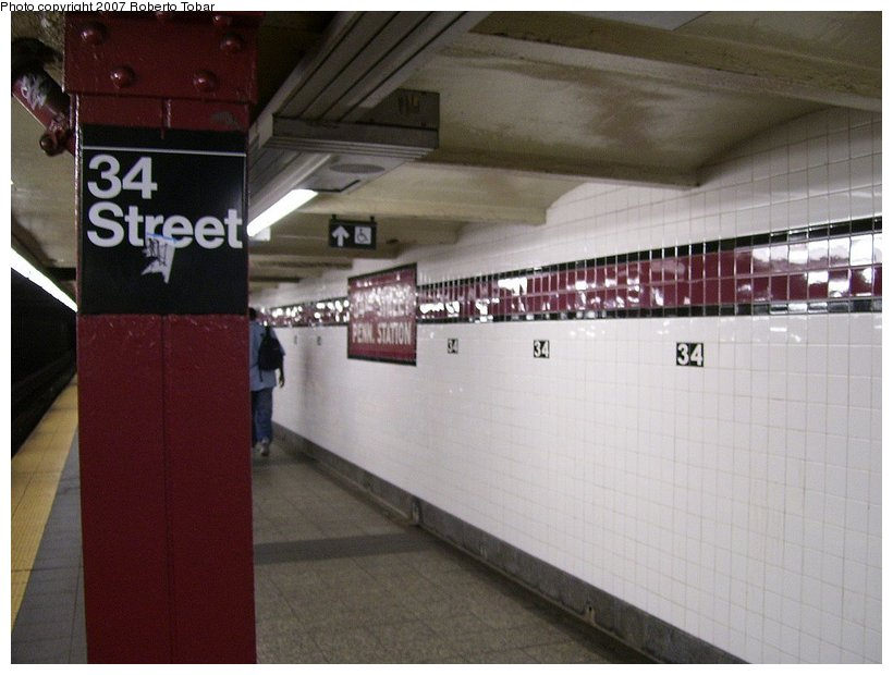 (95k, 820x620)<br><b>Country:</b> United States<br><b>City:</b> New York<br><b>System:</b> New York City Transit<br><b>Line:</b> IND 8th Avenue Line<br><b>Location:</b> 34th Street/Penn Station <br><b>Photo by:</b> Roberto C. Tobar<br><b>Date:</b> 6/18/2007<br><b>Viewed (this week/total):</b> 0 / 2049