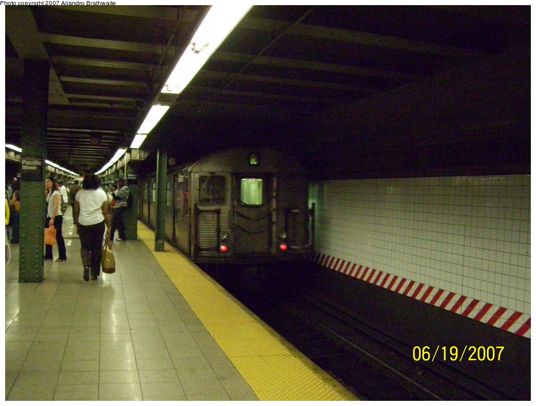(203k, 1044x791)<br><b>Country:</b> United States<br><b>City:</b> New York<br><b>System:</b> New York City Transit<br><b>Line:</b> BMT 4th Avenue<br><b>Location:</b> Pacific Street <br><b>Route:</b> R<br><b>Car:</b> R-32 (Budd, 1964)  3571 <br><b>Photo by:</b> Aliandro Brathwaite<br><b>Date:</b> 6/19/2007<br><b>Viewed (this week/total):</b> 0 / 3392