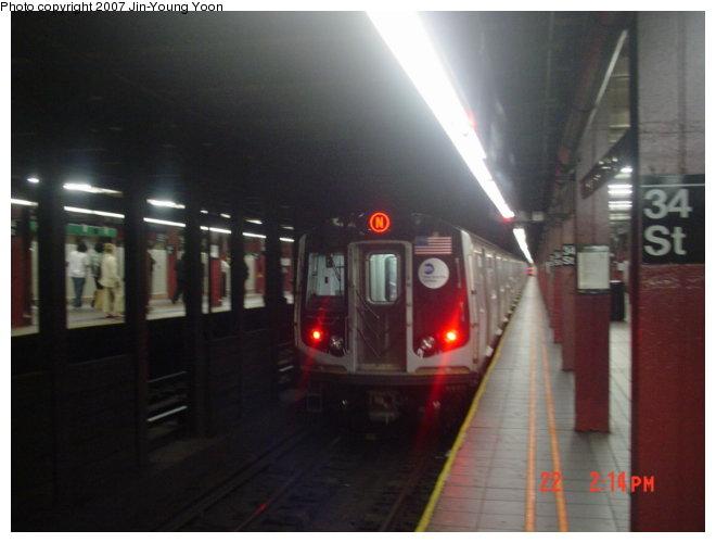 (53k, 660x500)<br><b>Country:</b> United States<br><b>City:</b> New York<br><b>System:</b> New York City Transit<br><b>Line:</b> BMT Broadway Line<br><b>Location:</b> 34th Street/Herald Square <br><b>Route:</b> N<br><b>Car:</b> R-160A/R-160B Series (Number Unknown)  <br><b>Photo by:</b> Jin-Young Yoon<br><b>Date:</b> 6/22/2007<br><b>Viewed (this week/total):</b> 0 / 4738