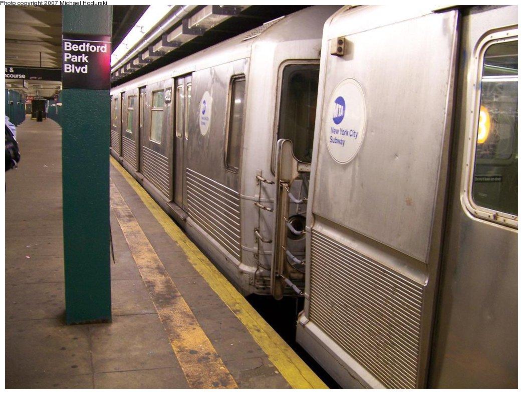 (185k, 1044x788)<br><b>Country:</b> United States<br><b>City:</b> New York<br><b>System:</b> New York City Transit<br><b>Line:</b> IND Concourse Line<br><b>Location:</b> Bedford Park Boulevard <br><b>Route:</b> B<br><b>Car:</b> R-42 (St. Louis, 1969-1970)  4926 <br><b>Photo by:</b> Michael Hodurski<br><b>Date:</b> 6/14/2007<br><b>Viewed (this week/total):</b> 0 / 2301