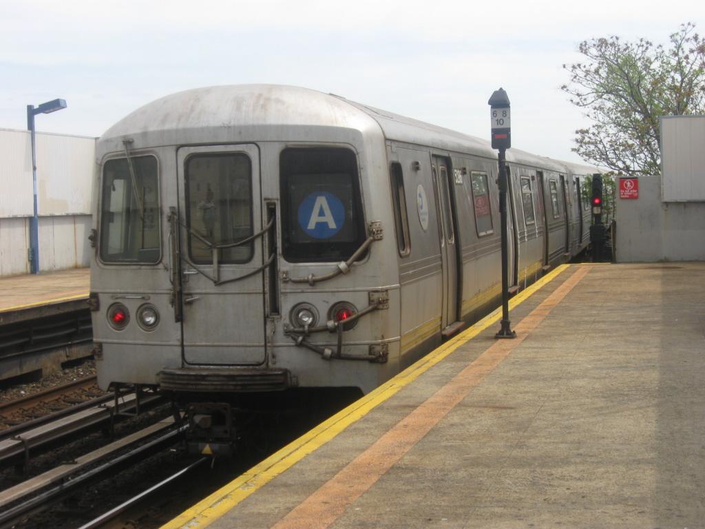 (330k, 1024x768)<br><b>Country:</b> United States<br><b>City:</b> New York<br><b>System:</b> New York City Transit<br><b>Line:</b> IND Rockaway<br><b>Location:</b> Broad Channel <br><b>Route:</b> A<br><b>Car:</b> R-44 (St. Louis, 1971-73) 5286 <br><b>Photo by:</b> Jorge Catayi<br><b>Date:</b> 5/11/2009<br><b>Viewed (this week/total):</b> 2 / 765
