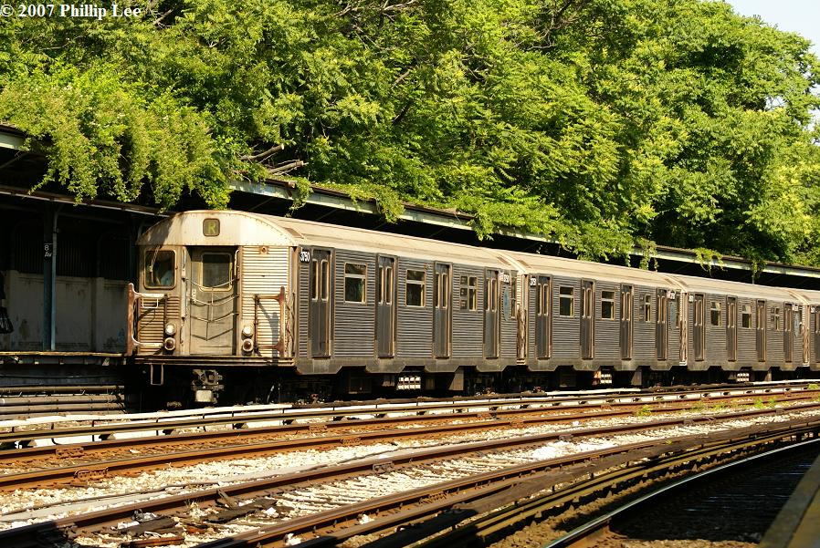 (223k, 898x601)<br><b>Country:</b> United States<br><b>City:</b> New York<br><b>System:</b> New York City Transit<br><b>Line:</b> BMT Sea Beach Line<br><b>Location:</b> 8th Avenue <br><b>Route:</b> R<br><b>Car:</b> R-32 (Budd, 1964)  3750 <br><b>Photo by:</b> Phillip Lee<br><b>Date:</b> 6/7/2007<br><b>Viewed (this week/total):</b> 3 / 1686