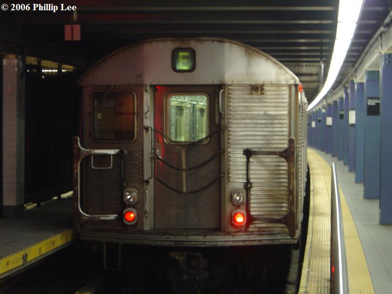(58k, 804x603)<br><b>Country:</b> United States<br><b>City:</b> New York<br><b>System:</b> New York City Transit<br><b>Line:</b> IND 8th Avenue Line<br><b>Location:</b> Chambers Street/World Trade Center <br><b>Route:</b> E<br><b>Car:</b> R-32 (Budd, 1964)   <br><b>Photo by:</b> Phillip Lee<br><b>Date:</b> 12/11/2006<br><b>Viewed (this week/total):</b> 3 / 2095