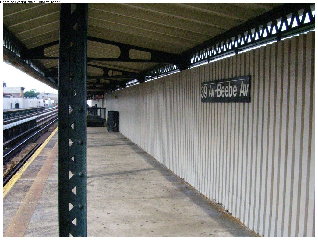 (205k, 1044x788)<br><b>Country:</b> United States<br><b>City:</b> New York<br><b>System:</b> New York City Transit<br><b>Line:</b> BMT Astoria Line<br><b>Location:</b> 39th/Beebe Aves. <br><b>Photo by:</b> Roberto C. Tobar<br><b>Date:</b> 7/7/2007<br><b>Notes:</b> Platform view.<br><b>Viewed (this week/total):</b> 0 / 1242