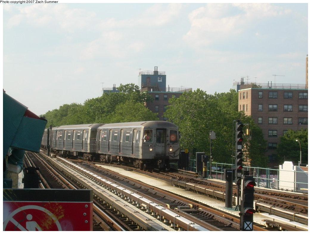 (205k, 1044x788)<br><b>Country:</b> United States<br><b>City:</b> New York<br><b>System:</b> New York City Transit<br><b>Line:</b> BMT West End Line<br><b>Location:</b> Bay 50th Street <br><b>Car:</b> R-68 (Westinghouse-Amrail, 1986-1988)  2680 <br><b>Photo by:</b> Zach Summer<br><b>Date:</b> 7/7/2007<br><b>Notes:</b> Crossing over into yard lead.<br><b>Viewed (this week/total):</b> 1 / 2047
