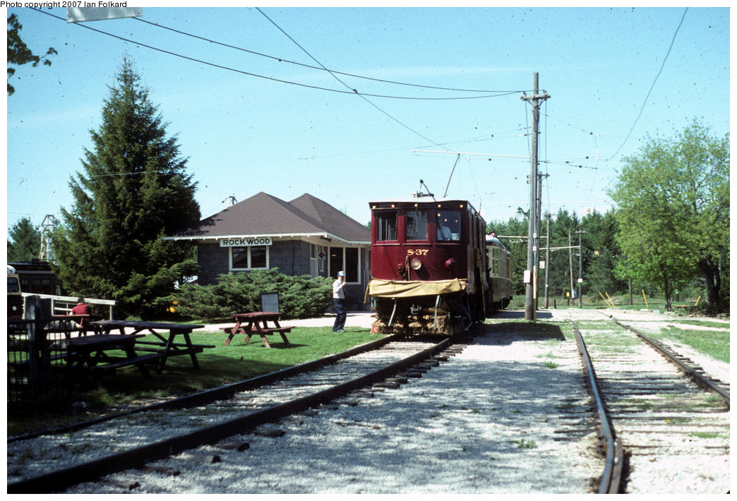 (248k, 1044x710)<br><b>Country:</b> Canada<br><b>City:</b> Toronto<br><b>System:</b> Halton County Radial Railway <br><b>Car:</b>  S-37 <br><b>Photo by:</b> Ian Folkard<br><b>Date:</b> 6/1995<br><b>Notes:</b> Snow Sweeper S-37 in front of the station.<br><b>Viewed (this week/total):</b> 1 / 977
