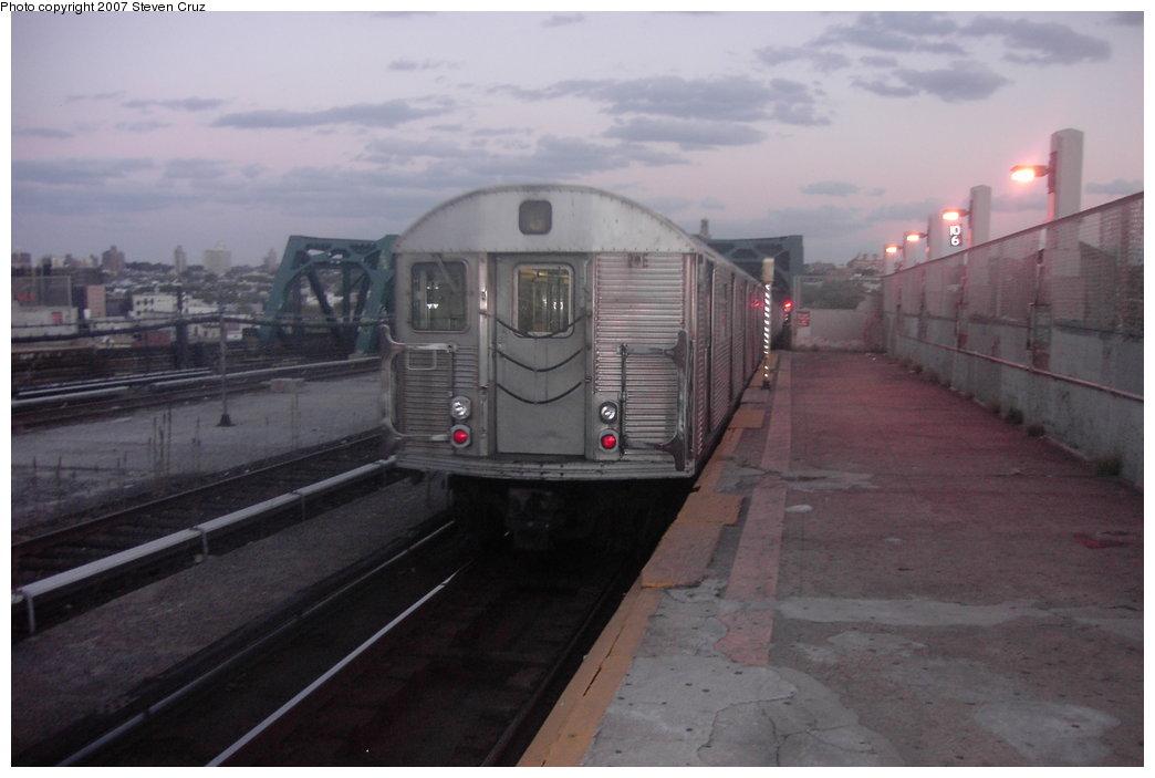(114k, 1044x703)<br><b>Country:</b> United States<br><b>City:</b> New York<br><b>System:</b> New York City Transit<br><b>Line:</b> IND Crosstown Line<br><b>Location:</b> Smith/9th Street <br><b>Route:</b> G<br><b>Car:</b> R-32 (Budd, 1964)   <br><b>Photo by:</b> Steven Cruz<br><b>Date:</b> 10/14/2006<br><b>Viewed (this week/total):</b> 0 / 2665