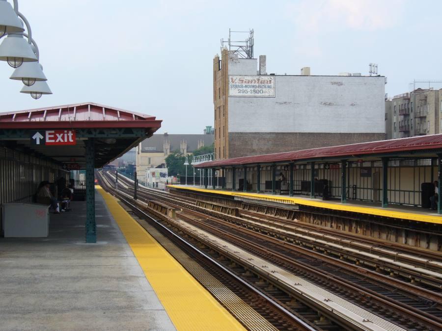 (110k, 900x675)<br><b>Country:</b> United States<br><b>City:</b> New York<br><b>System:</b> New York City Transit<br><b>Line:</b> IRT Woodlawn Line<br><b>Location:</b> 183rd Street <br><b>Photo by:</b> Robbie Rosenfeld<br><b>Date:</b> 7/15/2007<br><b>Notes:</b> Station view.<br><b>Viewed (this week/total):</b> 2 / 2021