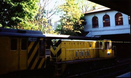 (41k, 441x263)<br><b>Country:</b> United States<br><b>City:</b> New York<br><b>System:</b> New York City Transit<br><b>Line:</b> IRT Dyre Ave. Line<br><b>Location:</b> Morris Park <br><b>Car:</b> R-52 Locomotive  71 <br><b>Photo by:</b> David Justiniano<br><b>Date:</b> 5/1999<br><b>Notes:</b> With RD337<br><b>Viewed (this week/total):</b> 1 / 5781