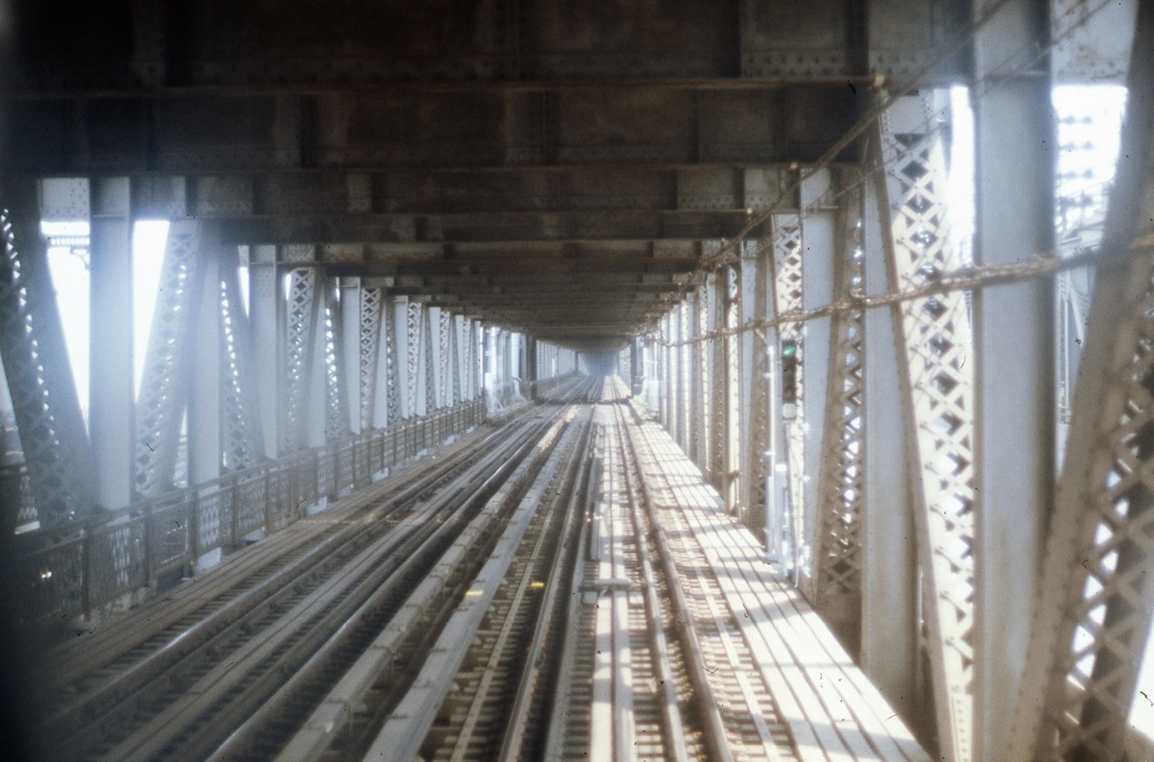 (216k, 1050x693)<br><b>Country:</b> United States<br><b>City:</b> New York<br><b>System:</b> New York City Transit<br><b>Location:</b> Manhattan Bridge<br><b>Photo by:</b> Todd Glickman<br><b>Date:</b> 1976<br><b>Viewed (this week/total):</b> 0 / 972