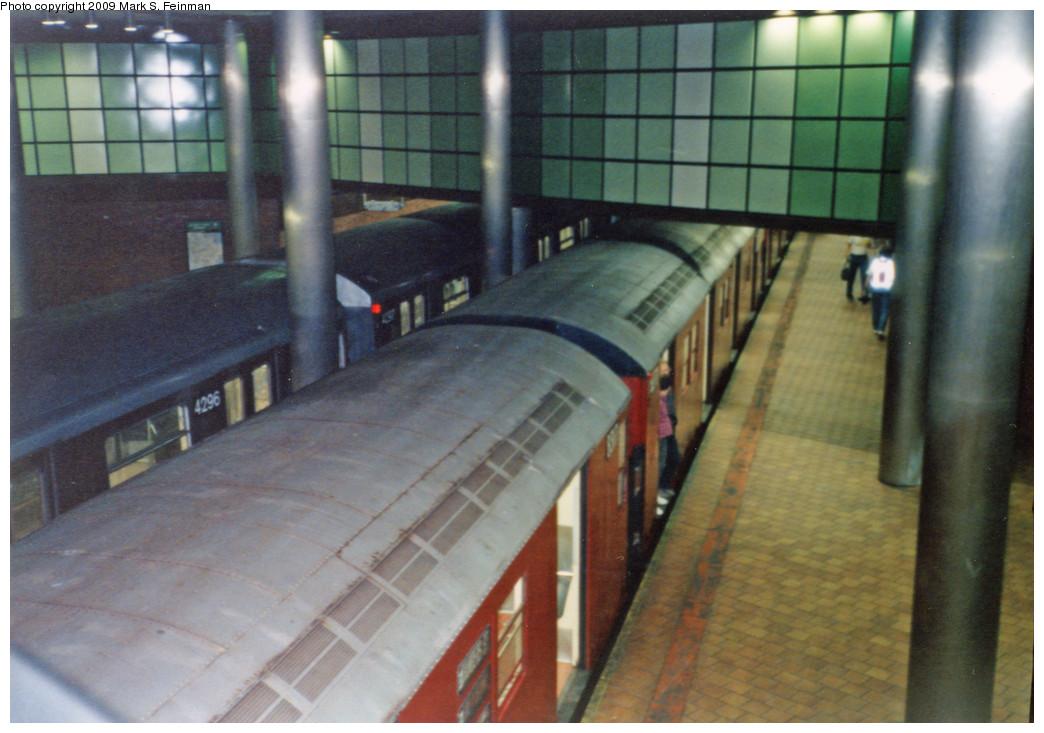 (220k, 1044x733)<br><b>Country:</b> United States<br><b>City:</b> New York<br><b>System:</b> New York City Transit<br><b>Line:</b> IND 63rd Street<br><b>Location:</b> 21st Street/Queensbridge <br><b>Route:</b> Fan Trip<br><b>Car:</b> R-30 (St. Louis, 1961)  <br><b>Photo by:</b> Mark S. Feinman<br><b>Date:</b> 5/30/1993<br><b>Viewed (this week/total):</b> 1 / 8576