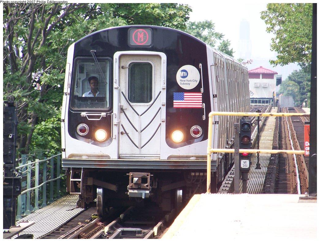 (229k, 1044x788)<br><b>Country:</b> United States<br><b>City:</b> New York<br><b>System:</b> New York City Transit<br><b>Line:</b> BMT Myrtle Avenue Line<br><b>Location:</b> Fresh Pond Road <br><b>Route:</b> M<br><b>Car:</b> R-143 (Kawasaki, 2001-2002)  <br><b>Photo by:</b> Philip D'Allesandro<br><b>Date:</b> 7/28/2007<br><b>Viewed (this week/total):</b> 0 / 2618