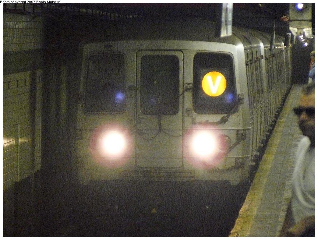 (174k, 1044x788)<br><b>Country:</b> United States<br><b>City:</b> New York<br><b>System:</b> New York City Transit<br><b>Line:</b> IND 6th Avenue Line<br><b>Location:</b> 14th Street <br><b>Route:</b> V<br><b>Car:</b> R-46 (Pullman-Standard, 1974-75) 5528 <br><b>Photo by:</b> Pablo Maneiro<br><b>Date:</b> 7/27/2007<br><b>Viewed (this week/total):</b> 0 / 2715