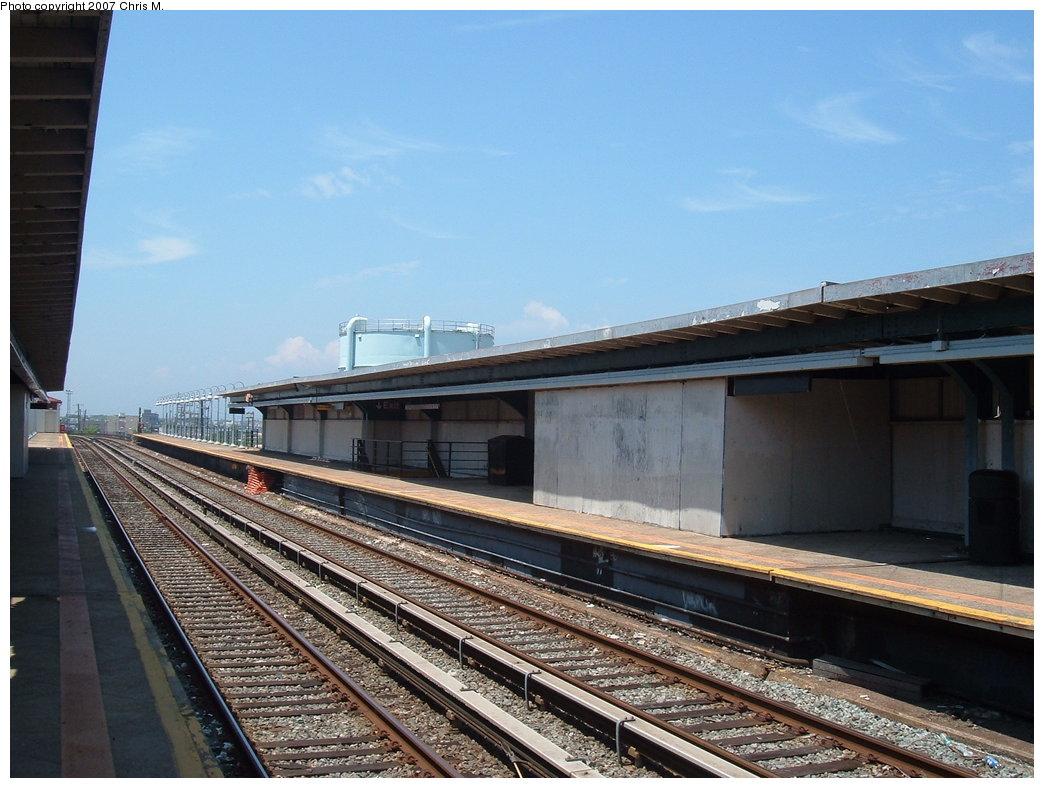 (179k, 1044x788)<br><b>Country:</b> United States<br><b>City:</b> New York<br><b>System:</b> New York City Transit<br><b>Line:</b> IND Rockaway<br><b>Location:</b> Beach 105th Street/Seaside <br><b>Photo by:</b> Chris M.<br><b>Date:</b> 6/16/2007<br><b>Notes:</b> Platform view.<br><b>Viewed (this week/total):</b> 0 / 1258