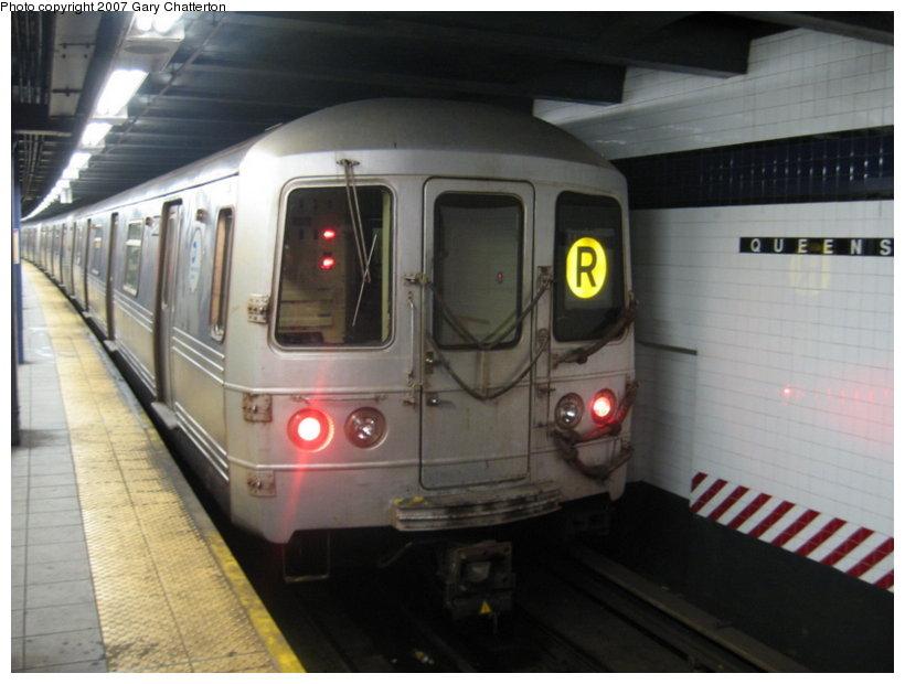 (87k, 820x620)<br><b>Country:</b> United States<br><b>City:</b> New York<br><b>System:</b> New York City Transit<br><b>Line:</b> IND Queens Boulevard Line<br><b>Location:</b> Queens Plaza <br><b>Route:</b> R<br><b>Car:</b> R-46 (Pullman-Standard, 1974-75) 5498 <br><b>Photo by:</b> Gary Chatterton<br><b>Date:</b> 8/6/2007<br><b>Viewed (this week/total):</b> 4 / 2363