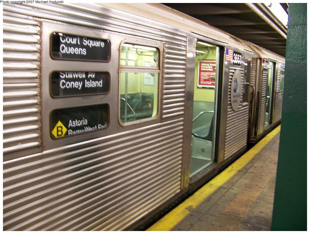 (206k, 1044x788)<br><b>Country:</b> United States<br><b>City:</b> New York<br><b>System:</b> New York City Transit<br><b>Line:</b> IND Crosstown Line<br><b>Location:</b> Court Square <br><b>Route:</b> G<br><b>Car:</b> R-32 (Budd, 1964)  3653 <br><b>Photo by:</b> Michael Hodurski<br><b>Date:</b> 8/12/2007<br><b>Notes:</b> Wrong sign.<br><b>Viewed (this week/total):</b> 9 / 4835