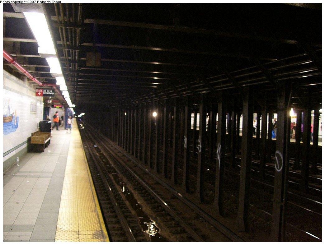 (148k, 1044x788)<br><b>Country:</b> United States<br><b>City:</b> New York<br><b>System:</b> New York City Transit<br><b>Line:</b> BMT Broadway Line<br><b>Location:</b> 28th Street <br><b>Photo by:</b> Roberto C. Tobar<br><b>Date:</b> 8/18/2007<br><b>Notes:</b> Station view.<br><b>Viewed (this week/total):</b> 0 / 2908