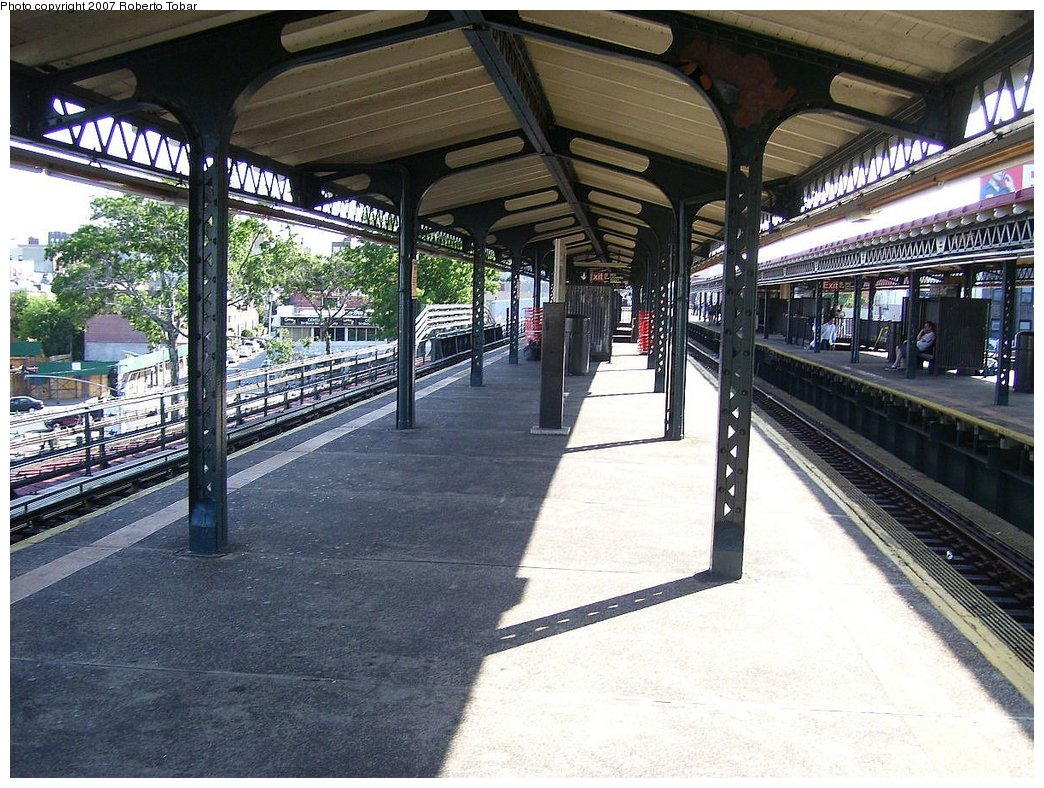 (236k, 1044x788)<br><b>Country:</b> United States<br><b>City:</b> New York<br><b>System:</b> New York City Transit<br><b>Line:</b> BMT Astoria Line<br><b>Location:</b> Astoria Boulevard/Hoyt Avenue <br><b>Photo by:</b> Roberto C. Tobar<br><b>Date:</b> 8/18/2007<br><b>Notes:</b> Platform view.<br><b>Viewed (this week/total):</b> 0 / 1424