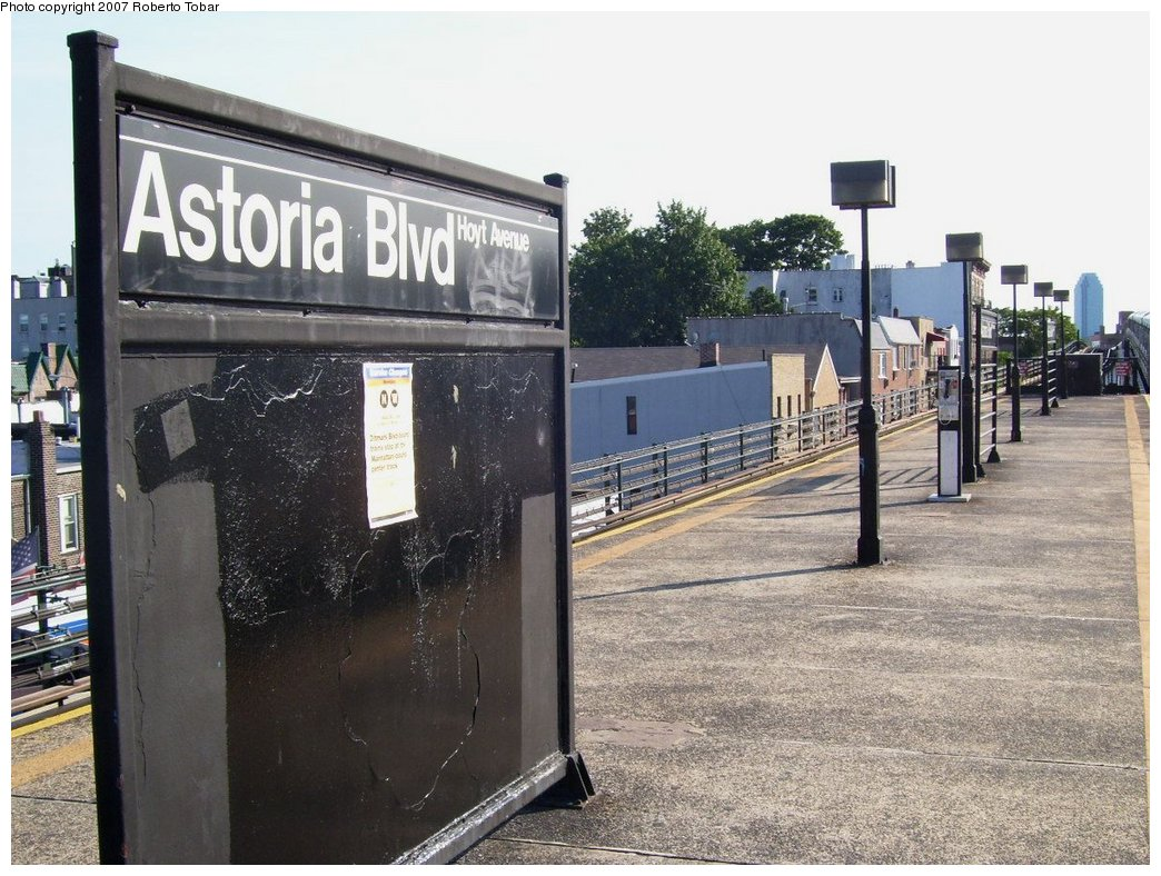 (202k, 1044x788)<br><b>Country:</b> United States<br><b>City:</b> New York<br><b>System:</b> New York City Transit<br><b>Line:</b> BMT Astoria Line<br><b>Location:</b> Astoria Boulevard/Hoyt Avenue <br><b>Photo by:</b> Roberto C. Tobar<br><b>Date:</b> 8/18/2007<br><b>Notes:</b> Platform view.<br><b>Viewed (this week/total):</b> 0 / 1231