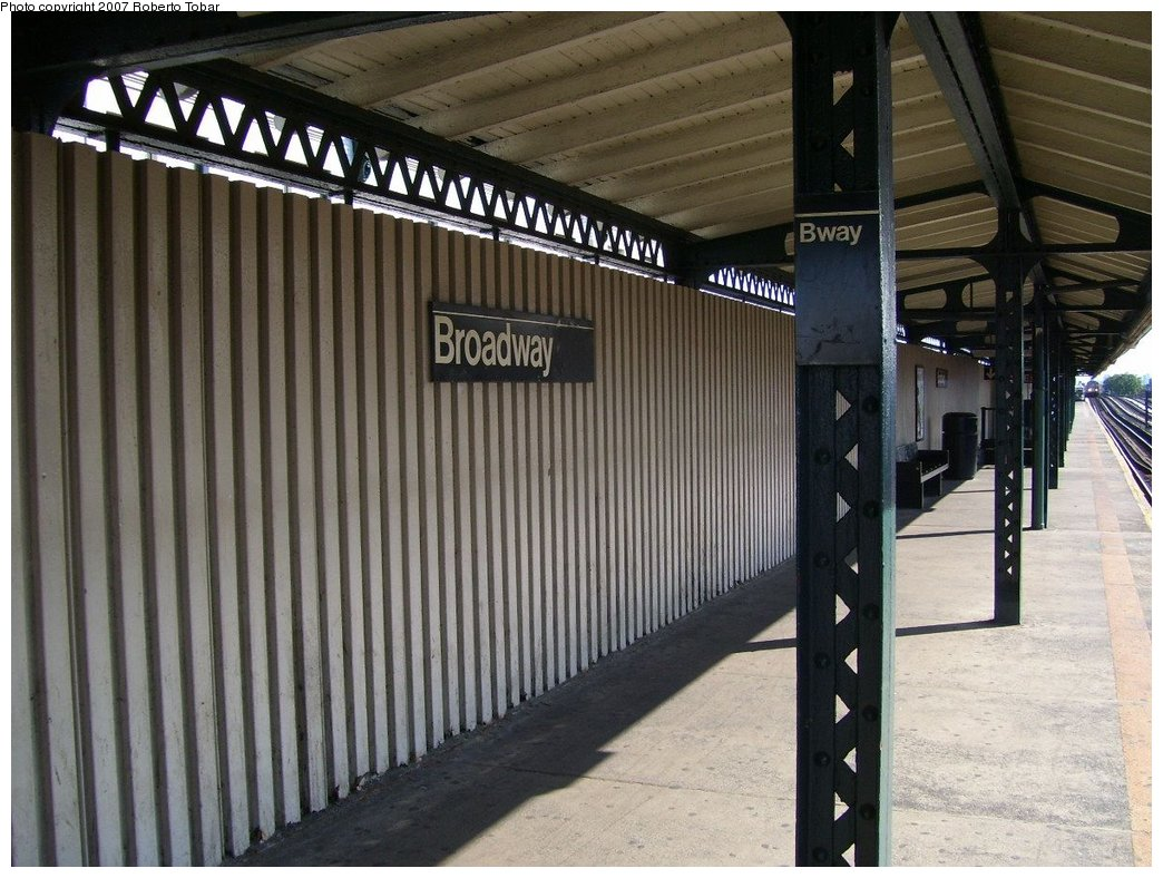 (186k, 1044x788)<br><b>Country:</b> United States<br><b>City:</b> New York<br><b>System:</b> New York City Transit<br><b>Line:</b> BMT Astoria Line<br><b>Location:</b> Broadway <br><b>Photo by:</b> Roberto C. Tobar<br><b>Date:</b> 8/18/2007<br><b>Notes:</b> Platform view.<br><b>Viewed (this week/total):</b> 0 / 1296