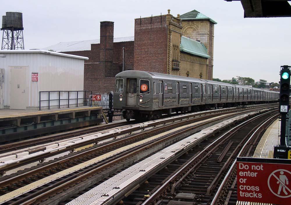 (152k, 1000x703)<br><b>Country:</b> United States<br><b>City:</b> New York<br><b>System:</b> New York City Transit<br><b>Line:</b> BMT West End Line<br><b>Location:</b> Fort Hamilton Parkway <br><b>Route:</b> D<br><b>Car:</b> R-68 (Westinghouse-Amrail, 1986-1988)   <br><b>Photo by:</b> Christopher Sattler<br><b>Date:</b> 7/24/2004<br><b>Viewed (this week/total):</b> 0 / 1687
