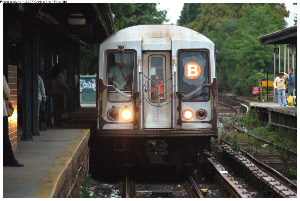 (199k, 1044x701)<br><b>Country:</b> United States<br><b>City:</b> New York<br><b>System:</b> New York City Transit<br><b>Line:</b> BMT Brighton Line<br><b>Location:</b> Kings Highway <br><b>Route:</b> B<br><b>Car:</b> R-40 (St. Louis, 1968)   <br><b>Photo by:</b> Christopher Esposito<br><b>Date:</b> 8/22/2007<br><b>Viewed (this week/total):</b> 0 / 2524