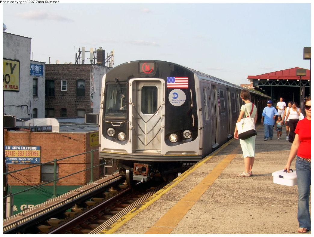 (233k, 1044x788)<br><b>Country:</b> United States<br><b>City:</b> New York<br><b>System:</b> New York City Transit<br><b>Line:</b> BMT Astoria Line<br><b>Location:</b> Astoria Boulevard/Hoyt Avenue <br><b>Route:</b> N<br><b>Car:</b> R-160B (Kawasaki, 2005-2008)  8852 <br><b>Photo by:</b> Zach Summer<br><b>Date:</b> 8/14/2007<br><b>Viewed (this week/total):</b> 0 / 2488
