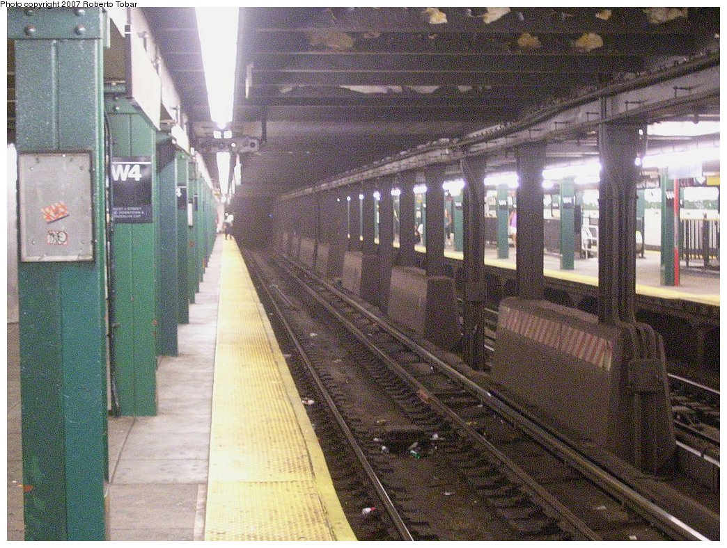 (242k, 1044x788)<br><b>Country:</b> United States<br><b>City:</b> New York<br><b>System:</b> New York City Transit<br><b>Line:</b> IND 8th Avenue Line<br><b>Location:</b> West 4th Street/Washington Square <br><b>Photo by:</b> Roberto C. Tobar<br><b>Date:</b> 9/5/2007<br><b>Viewed (this week/total):</b> 0 / 1655