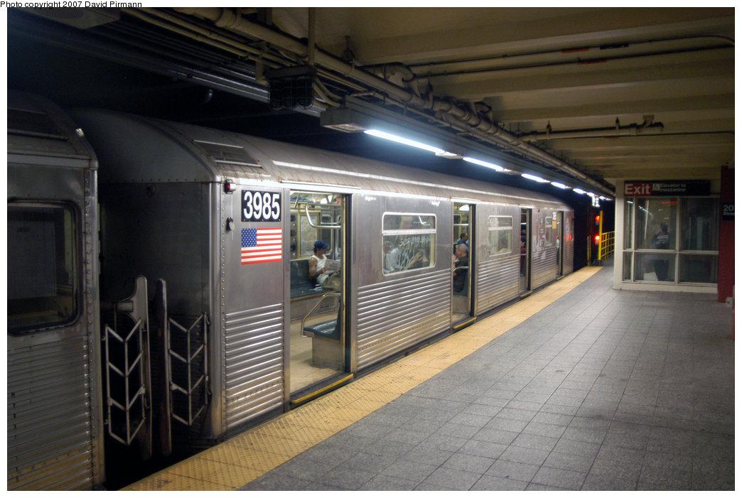 (201k, 1044x701)<br><b>Country:</b> United States<br><b>City:</b> New York<br><b>System:</b> New York City Transit<br><b>Line:</b> IND 8th Avenue Line<br><b>Location:</b> 207th Street <br><b>Route:</b> A<br><b>Car:</b> R-38 (St. Louis, 1966-1967)  3985 <br><b>Photo by:</b> David Pirmann<br><b>Date:</b> 9/10/2007<br><b>Viewed (this week/total):</b> 0 / 1515