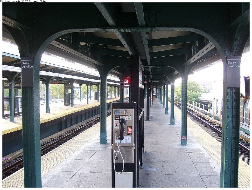 (222k, 1044x788)<br><b>Country:</b> United States<br><b>City:</b> New York<br><b>System:</b> New York City Transit<br><b>Line:</b> BMT Nassau Street/Jamaica Line<br><b>Location:</b> Broadway/East New York (Broadway Junction) <br><b>Photo by:</b> Roberto C. Tobar<br><b>Date:</b> 9/8/2007<br><b>Viewed (this week/total):</b> 0 / 1658