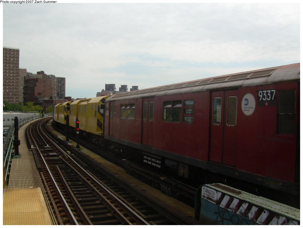 (163k, 1044x788)<br><b>Country:</b> United States<br><b>City:</b> New York<br><b>System:</b> New York City Transit<br><b>Line:</b> BMT Nassau Street/Jamaica Line<br><b>Location:</b> Hewes Street <br><b>Route:</b> Work Service<br><b>Car:</b> R-33 World's Fair (St. Louis, 1963-64) 9337 <br><b>Photo by:</b> Zach Summer<br><b>Date:</b> 9/5/2007<br><b>Viewed (this week/total):</b> 1 / 1418