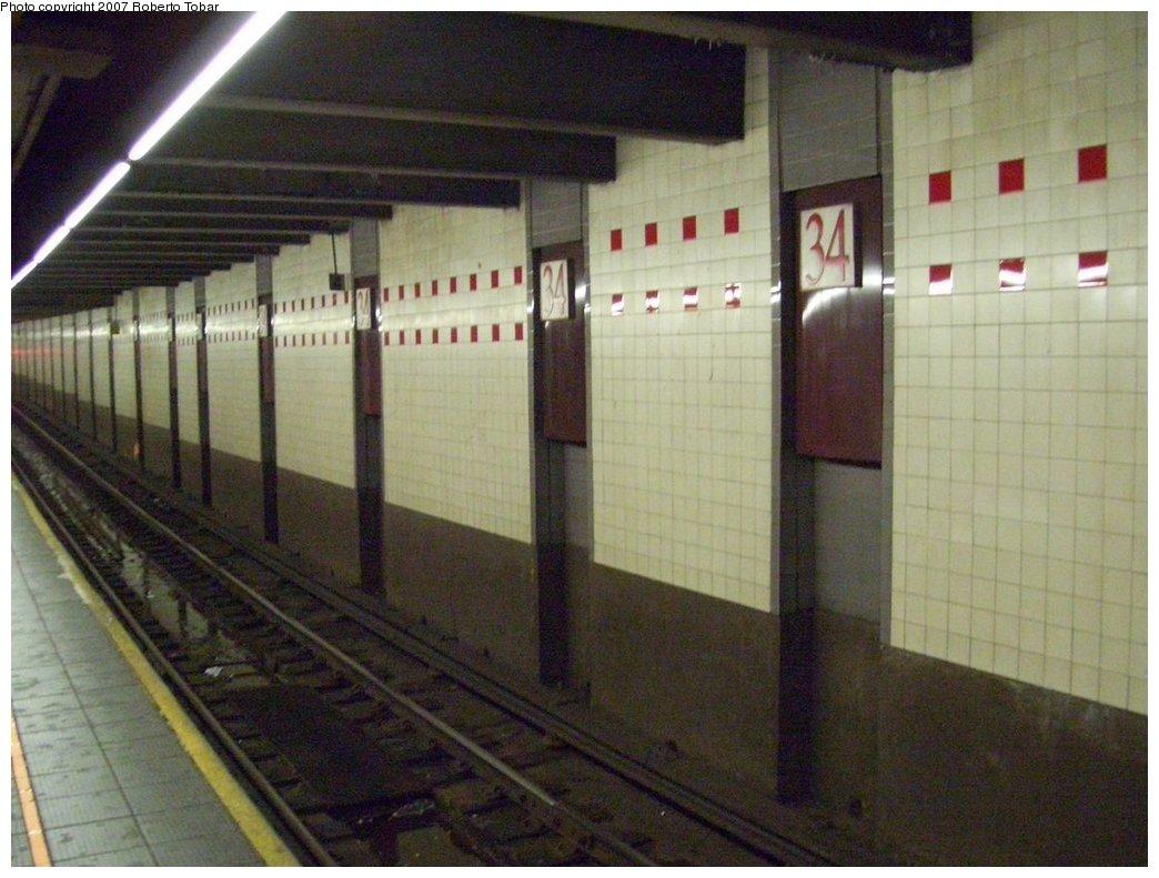 (167k, 1044x791)<br><b>Country:</b> United States<br><b>City:</b> New York<br><b>System:</b> New York City Transit<br><b>Line:</b> IND 6th Avenue Line<br><b>Location:</b> 34th Street/Herald Square <br><b>Photo by:</b> Roberto C. Tobar<br><b>Date:</b> 9/22/2007<br><b>Notes:</b> Track wall view.<br><b>Viewed (this week/total):</b> 1 / 2141