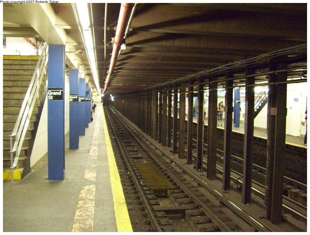 (196k, 1044x791)<br><b>Country:</b> United States<br><b>City:</b> New York<br><b>System:</b> New York City Transit<br><b>Line:</b> IND 6th Avenue Line<br><b>Location:</b> Grand Street <br><b>Photo by:</b> Roberto C. Tobar<br><b>Date:</b> 9/22/2007<br><b>Notes:</b> Station view.<br><b>Viewed (this week/total):</b> 0 / 3334