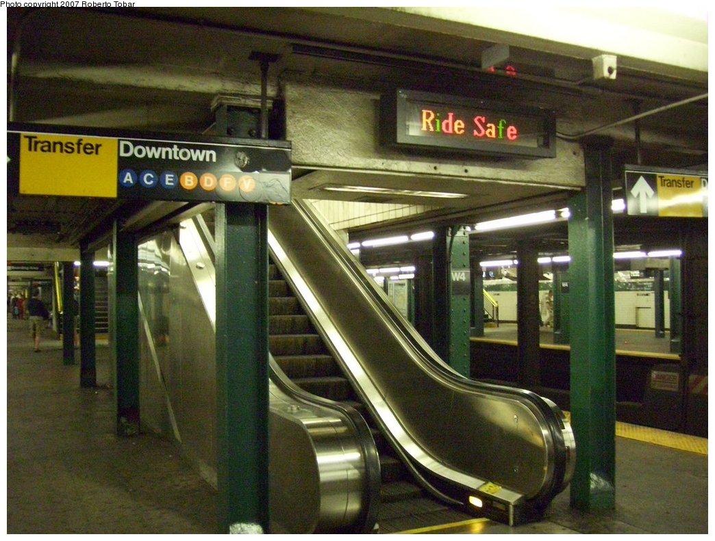 (196k, 1044x791)<br><b>Country:</b> United States<br><b>City:</b> New York<br><b>System:</b> New York City Transit<br><b>Line:</b> IND 6th Avenue Line<br><b>Location:</b> West 4th Street/Washington Square <br><b>Photo by:</b> Roberto C. Tobar<br><b>Date:</b> 9/22/2007<br><b>Notes:</b> Lower level.<br><b>Viewed (this week/total):</b> 1 / 2048