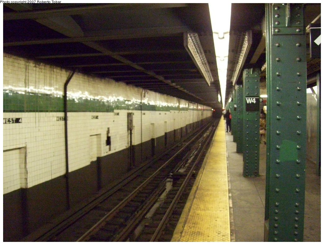 (180k, 1044x791)<br><b>Country:</b> United States<br><b>City:</b> New York<br><b>System:</b> New York City Transit<br><b>Line:</b> IND 6th Avenue Line<br><b>Location:</b> West 4th Street/Washington Square <br><b>Photo by:</b> Roberto C. Tobar<br><b>Date:</b> 9/22/2007<br><b>Notes:</b> Lower level.<br><b>Viewed (this week/total):</b> 0 / 1148