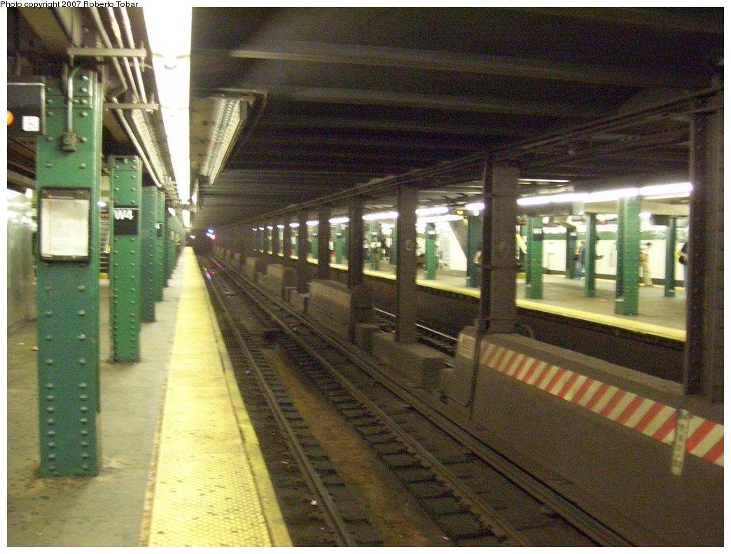 (192k, 1044x791)<br><b>Country:</b> United States<br><b>City:</b> New York<br><b>System:</b> New York City Transit<br><b>Line:</b> IND 6th Avenue Line<br><b>Location:</b> West 4th Street/Washington Square <br><b>Photo by:</b> Roberto C. Tobar<br><b>Date:</b> 9/22/2007<br><b>Notes:</b> Lower level.<br><b>Viewed (this week/total):</b> 0 / 1475