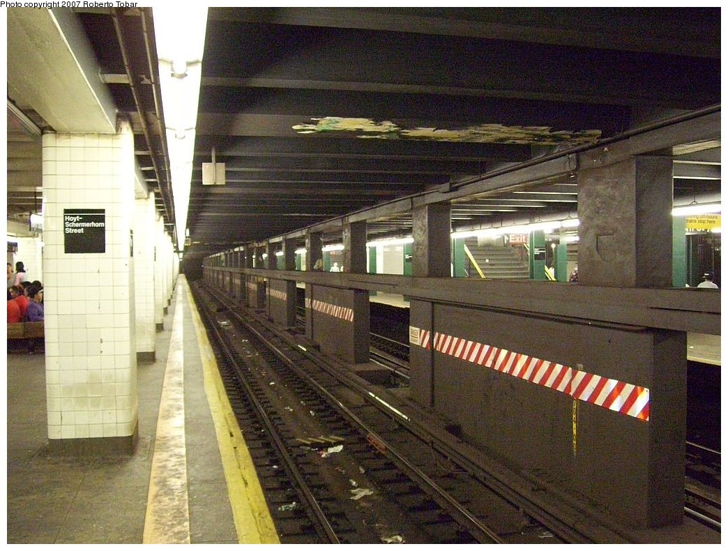 (225k, 1044x790)<br><b>Country:</b> United States<br><b>City:</b> New York<br><b>System:</b> New York City Transit<br><b>Line:</b> IND Fulton Street Line<br><b>Location:</b> Hoyt-Schermerhorn Street <br><b>Photo by:</b> Roberto C. Tobar<br><b>Date:</b> 9/29/2007<br><b>Notes:</b> Station view.<br><b>Viewed (this week/total):</b> 0 / 2205
