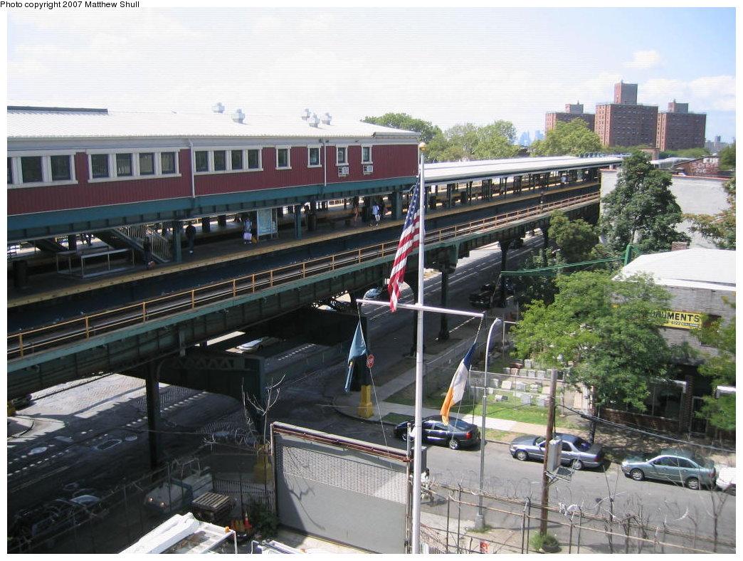 (208k, 1044x788)<br><b>Country:</b> United States<br><b>City:</b> New York<br><b>System:</b> New York City Transit<br><b>Line:</b> BMT Nassau Street/Jamaica Line<br><b>Location:</b> Broadway/East New York (Broadway Junction) <br><b>Photo by:</b> Matthew Shull<br><b>Date:</b> 8/27/2007<br><b>Notes:</b> Looking down from Canarsie-bound L platform to Manhattan-bound Jamaica line platform<br><b>Viewed (this week/total):</b> 0 / 2436