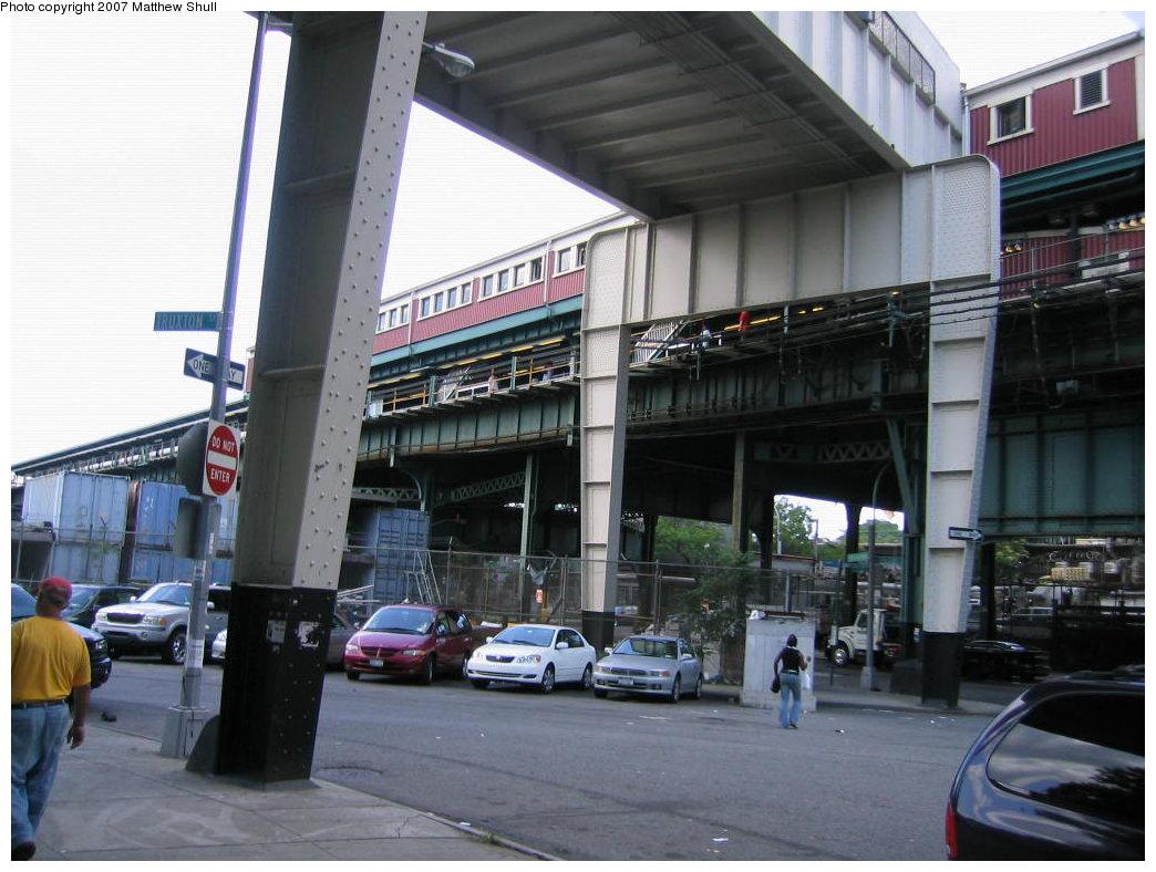 (172k, 1044x788)<br><b>Country:</b> United States<br><b>City:</b> New York<br><b>System:</b> New York City Transit<br><b>Line:</b> BMT Nassau Street/Jamaica Line<br><b>Location:</b> Broadway/East New York (Broadway Junction) <br><b>Photo by:</b> Matthew Shull<br><b>Date:</b> 8/27/2007<br><b>Notes:</b> Queens-bound Platform from street<br><b>Viewed (this week/total):</b> 0 / 1956
