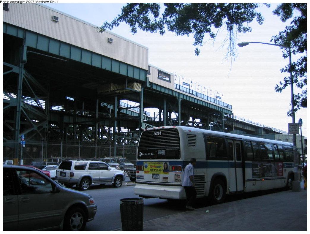 (191k, 1044x788)<br><b>Country:</b> United States<br><b>City:</b> New York<br><b>System:</b> New York City Transit<br><b>Line:</b> BMT Nassau Street/Jamaica Line<br><b>Location:</b> Broadway/East New York (Broadway Junction) <br><b>Photo by:</b> Matthew Shull<br><b>Date:</b> 8/27/2007<br><b>Notes:</b> Canarsie-bound Platform from street<br><b>Viewed (this week/total):</b> 1 / 1786