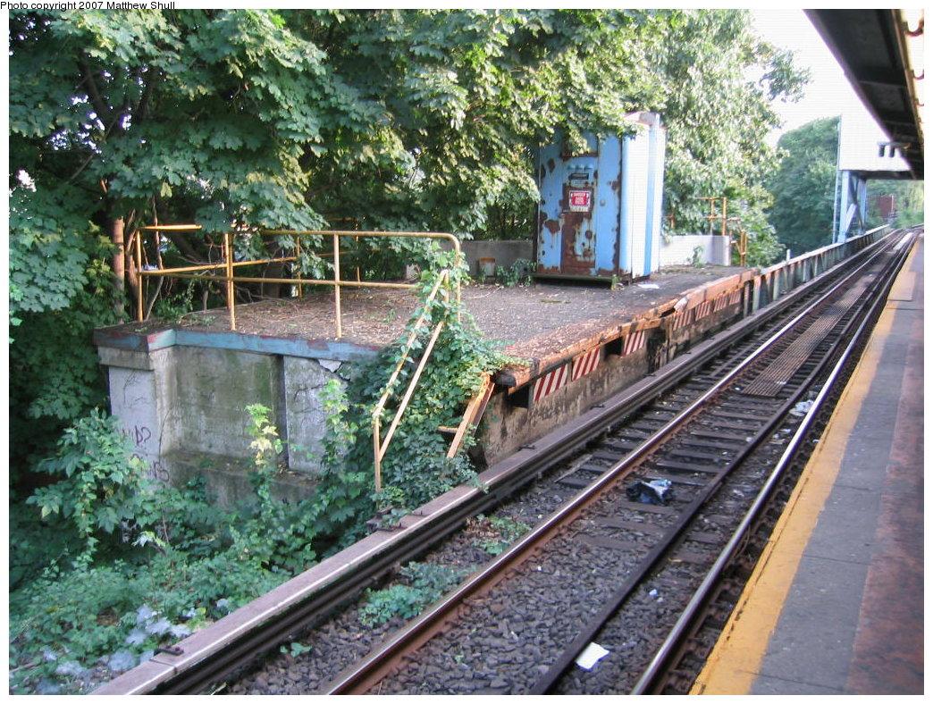 (275k, 1044x788)<br><b>Country:</b> United States<br><b>City:</b> New York<br><b>System:</b> New York City Transit<br><b>Line:</b> IRT Dyre Ave. Line<br><b>Location:</b> Dyre Avenue <br><b>Photo by:</b> Matthew Shull<br><b>Date:</b> 8/31/2007<br><b>Notes:</b> Remains of Westchester County-bound NYW&B Side platform<br><b>Viewed (this week/total):</b> 2 / 3723