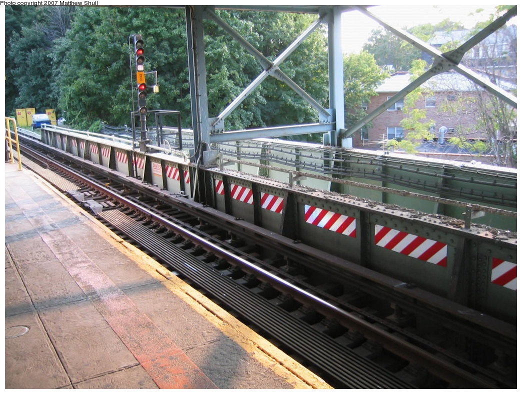 (249k, 1044x788)<br><b>Country:</b> United States<br><b>City:</b> New York<br><b>System:</b> New York City Transit<br><b>Line:</b> IRT Dyre Ave. Line<br><b>Location:</b> Dyre Avenue <br><b>Photo by:</b> Matthew Shull<br><b>Date:</b> 8/31/2007<br><b>Notes:</b> Track 1 - Occupying former express position; Remains of local trackway<br><b>Viewed (this week/total):</b> 0 / 2321