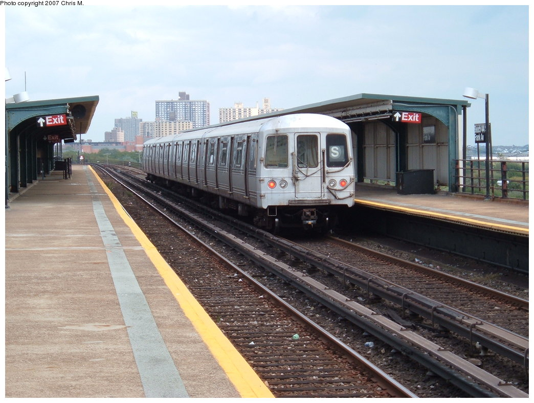 (188k, 1044x788)<br><b>Country:</b> United States<br><b>City:</b> New York<br><b>System:</b> New York City Transit<br><b>Line:</b> IND Rockaway<br><b>Location:</b> Beach 44th Street/Frank Avenue <br><b>Route:</b> S<br><b>Car:</b> R-44 (St. Louis, 1971-73)  <br><b>Photo by:</b> Chris M.<br><b>Date:</b> 10/7/2007<br><b>Viewed (this week/total):</b> 3 / 1499