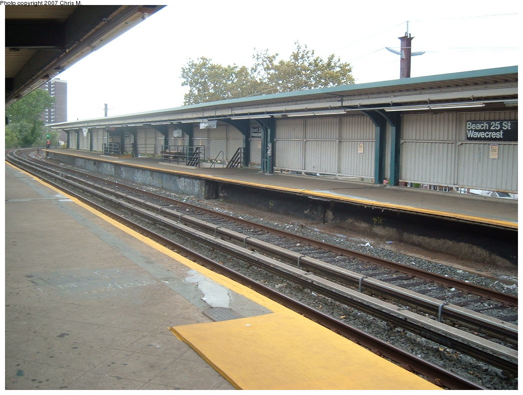 (195k, 1044x788)<br><b>Country:</b> United States<br><b>City:</b> New York<br><b>System:</b> New York City Transit<br><b>Line:</b> IND Rockaway<br><b>Location:</b> Beach 25th Street/Wavecrest <br><b>Photo by:</b> Chris M.<br><b>Date:</b> 10/7/2007<br><b>Notes:</b> Station view.<br><b>Viewed (this week/total):</b> 4 / 1290