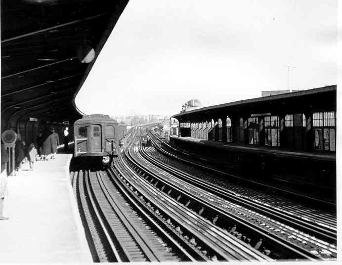 (31k, 692x536)<br><b>Country:</b> United States<br><b>City:</b> New York<br><b>System:</b> New York City Transit<br><b>Line:</b> BMT Nassau Street/Jamaica Line<br><b>Location:</b> 111th Street <br><b>Car:</b> BMT A/B-Type Standard 2422 <br><b>Photo by:</b> Frank Pfuhler<br><b>Date:</b> 1/23/1955<br><b>Viewed (this week/total):</b> 0 / 2334