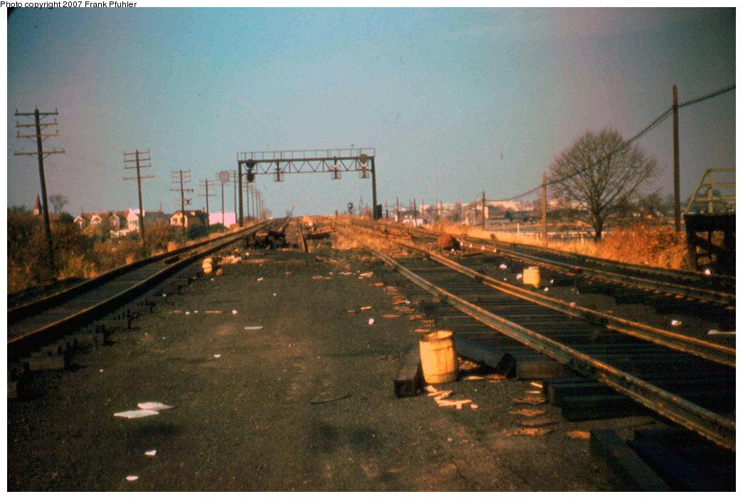 (197k, 1044x702)<br><b>Country:</b> United States<br><b>City:</b> New York<br><b>System:</b> New York City Transit<br><b>Line:</b> IND Rockaway<br><b>Location:</b> Aqueduct/North Conduit Avenue <br><b>Photo by:</b> Frank Pfuhler<br><b>Date:</b> 11/2/1955<br><b>Notes:</b> View north.<br><b>Viewed (this week/total):</b> 1 / 1890